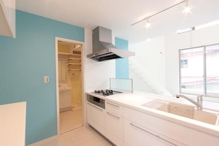 キッチン 思いきったアクセント色でより個性的な空間に