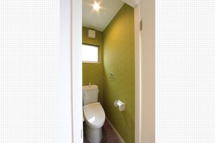 お手洗いの壁紙はうぐいす色