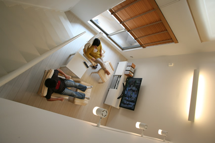 リビングの天井は5m。上下の空間を緩やかにつなげる