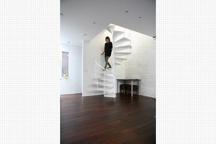 リビングのらせん階段