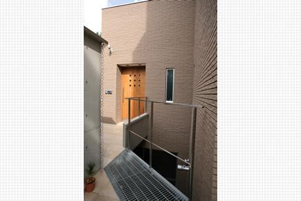 造作木製玄関ドア、グレーチング床と地下ドライエリアの開口