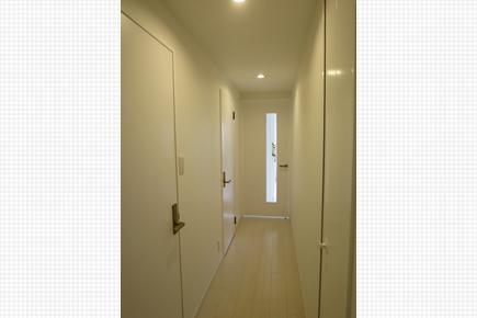 マンションによくある暗い玄関廊下の改善