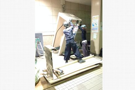 畳1.3帖のバス券売機小屋建て替え工事に20人の職人さんが携わった夜間工事
