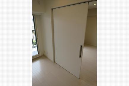 引き戸はバリアフリー対応の幅の広い一本引きの建具に変更